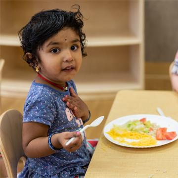 niña pequeña comiendo
