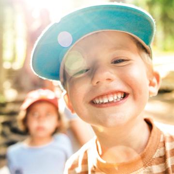 niño sonriendo al aire libre